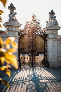 שער כניסה ברזל לבית ב{HEBROW}