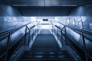 מדרגות עם מעקות ברזל