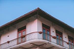 מעקב ברזל למרפסת