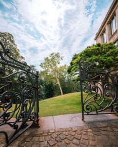שער לחצר בית